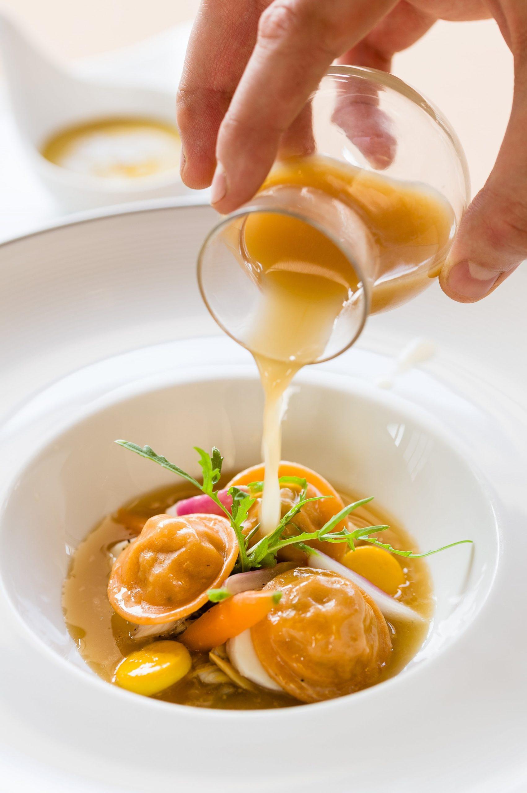 Raviole de langouste, primeurs, bouillon de roche.