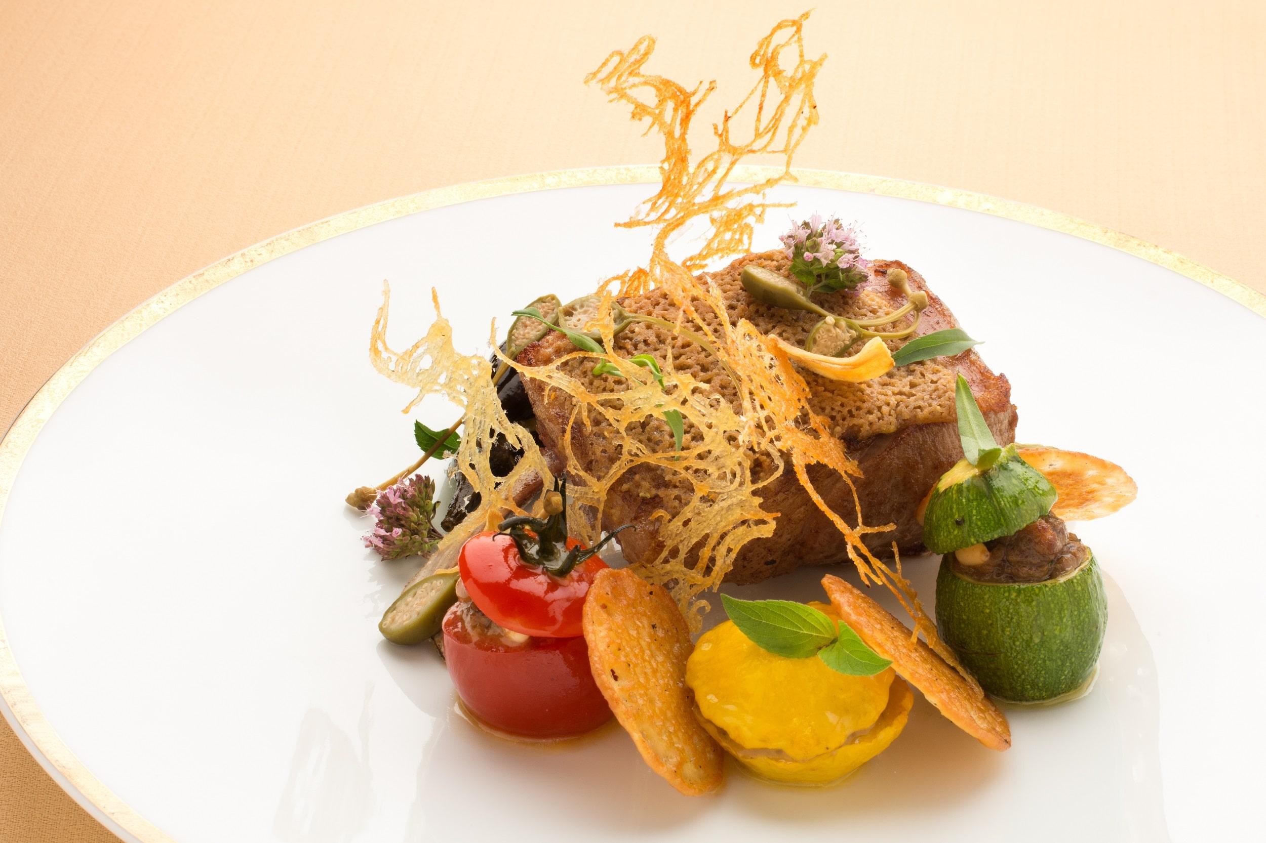 Selle d'agneau, viennoise d'olive et petits farcis niçois.
