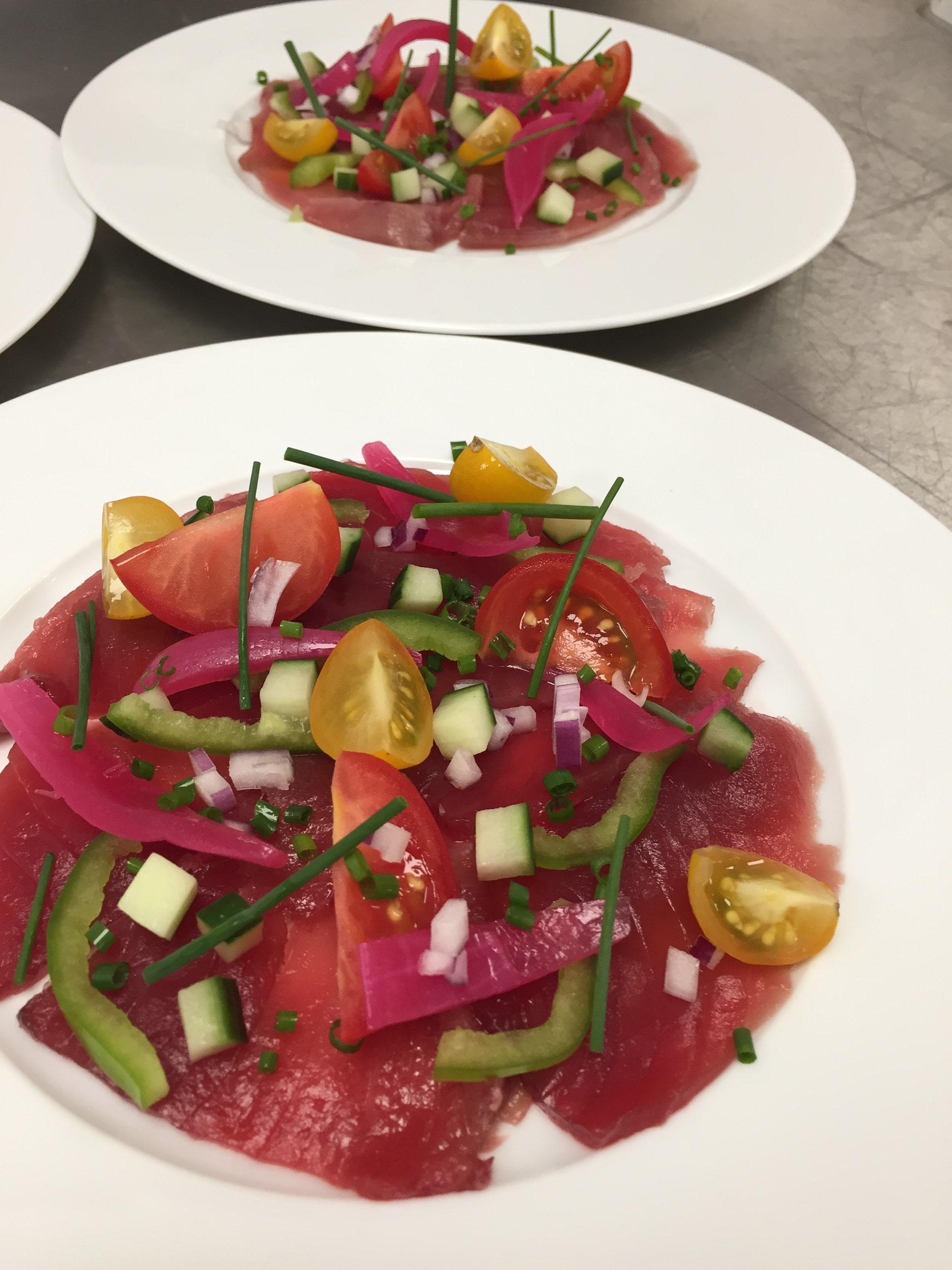 Thon rouge de Méditerranée en carpaccio et condiments.